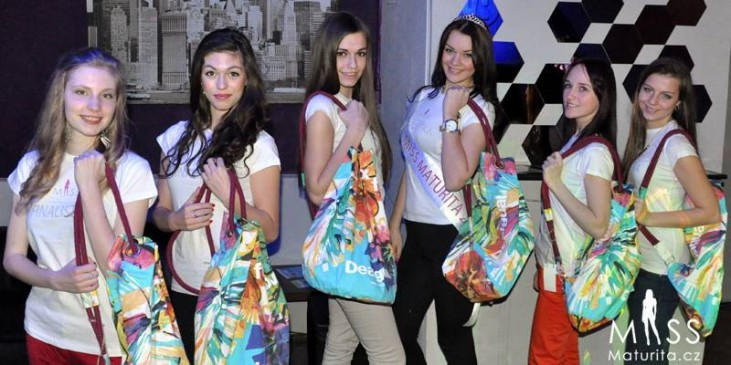Finalists with gifts from DifferentFashion.cz
