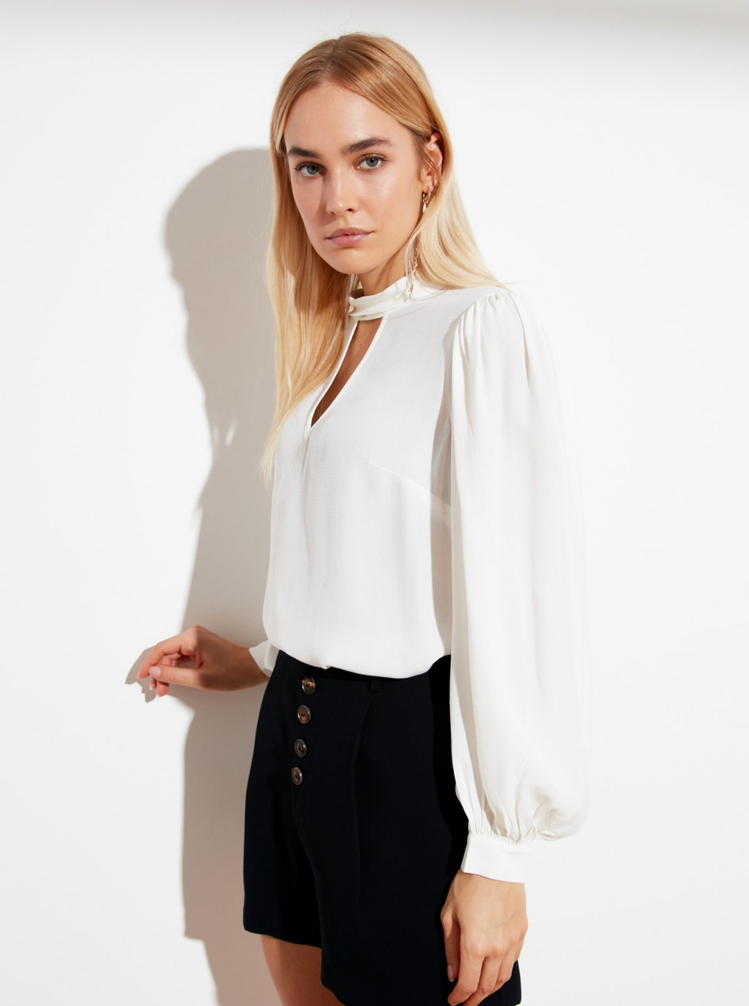 Trendyol white women´s blouse with cutouts