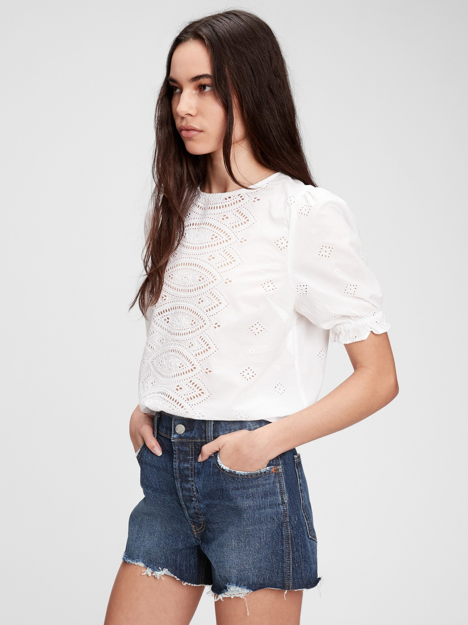 GAP white top with wood